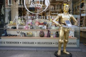 C3PO Selling Chocolate in Leuven